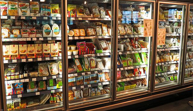 Hladnjaci s veganskim proizvodima u Veganzu